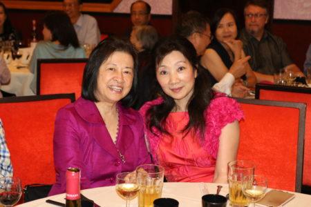 亚特兰大华人活动中心晚宴答谢教师及记者。图为赞助者Shandry Law (右) (文竹/大纪元)