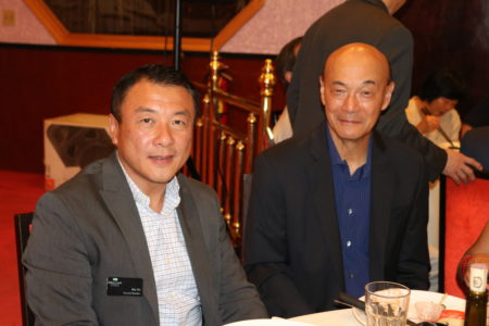 亚特兰大华人活动中心晚宴答谢教师及记者。图为林怡正(左)与华人法官Alvin Wong(文竹/大纪元)
