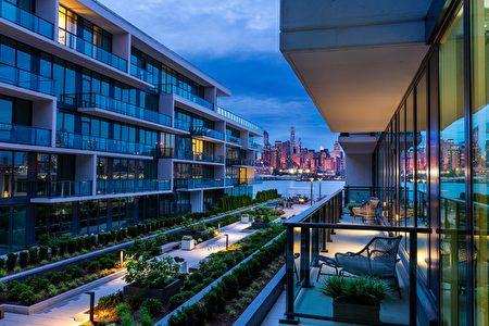 帝国港1200大道建筑因为海滨位置、高档建材、外加现代化设施以及增值潜力大,已吸引各界人士前往。(Lennar公司提供)