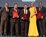 Granny Flat Solution在建築師協會(Master Builders Association) 舉辦的2016評獎中成為姻親房類的最大贏家。圖為公司董事領取獎項。(提供)