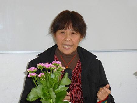 丹麥法輪功學員鮑學珍女士介紹她在中國被關押在監獄裡時,差一點成為活摘受害者的經歷。(林達/大紀元)