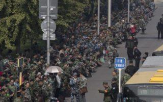 近日,逾萬名退伍軍人罕見聚集在中共中央軍委總部前抗議,要求更好的退休福利。(網絡圖片)