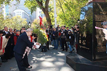 經文處處長徐儷文和中華公所主席蕭貴源在哥倫布公園向孫中山銅像獻花。