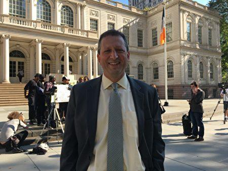 趕來支持的紐約市議員蘭德(Brad Lander)。