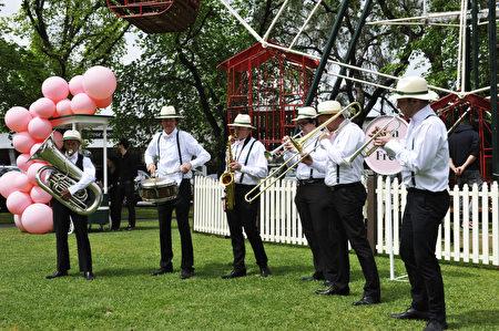 2016年10月24日,澳洲墨尔本杯赛马嘉年华开幕式上,爵士乐队欢乐表演。(胡宥华/必赢电子游戏网址)