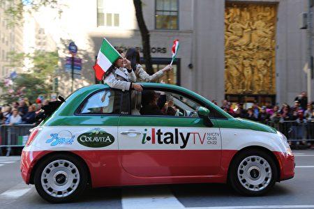 """游行队伍中写着""""意大利""""的小轿车。"""