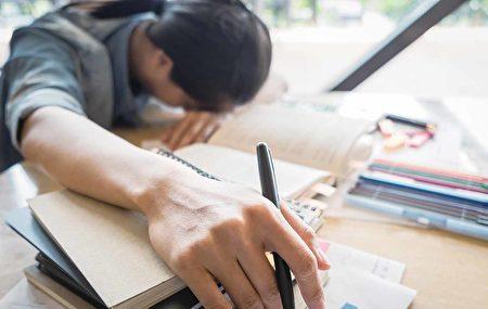 中国的应试教育、教育产业化把学生累坏了,而且对师长的信任。(Shutterstock)