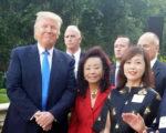 加州亚裔川普党代表黄赵企晨(中)7月14日在南加Bel-Air川普筹款餐会上和川普合影。(黄赵企晨提供)