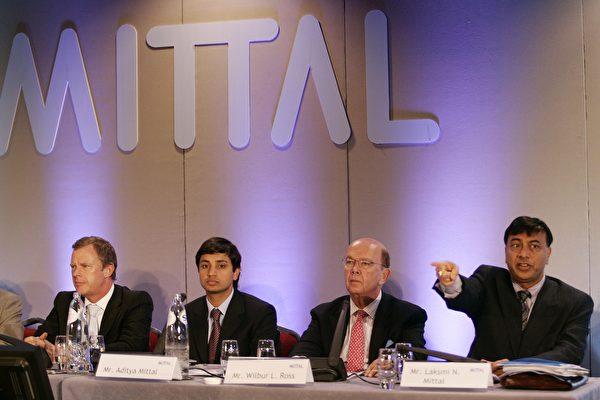 億萬富豪投資家羅斯可能會出任特朗普新政府的商務部長一職,周日將與特朗普會面。圖為2006年5月9日,羅斯(右二)出現在全球最大鋼鐵公司米塔爾鋼鐵在鹿特丹舉行的一次會議上。(AFP)