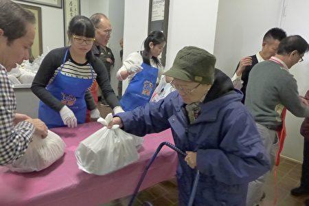 孔子大厦义工们分发750份烧鸡。