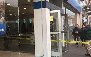 法拉盛花旗銀行落地玻璃牆莫名粉碎