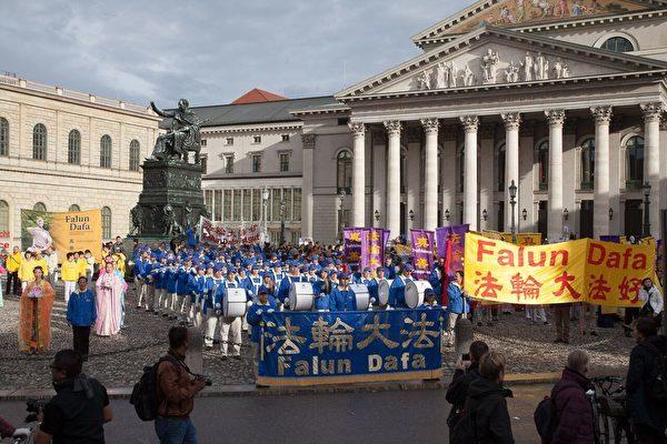 法輪功的隊伍結束遊行到達Max-Josef廣場。(傑森/大紀元)
