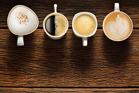 舊木桌上的各種咖啡杯子(fotolia)