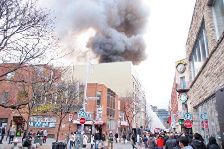 从唐人街远处就可以看到滚滚浓烟。(颜永明/大纪元)