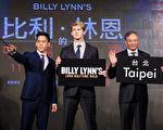 导演李安(右起)带着电影新秀乔‧欧文(Joe Alwyn)与李淳(Mason Lee),在台湾举行《比利.林恩的中场战事》亚洲首映。(双喜提供)