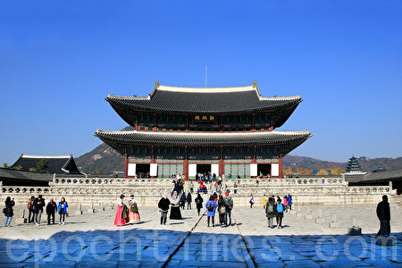 11月初的首尔景福宫美丽的晚秋枫景令人陶醉,心旷神怡。图为勤政殿。(全景林/大纪元)