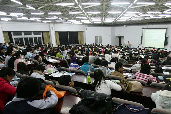 """高天韵:中国的优秀教授为何被逼""""退场"""""""