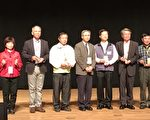 衛生局受獎,最左方為衛生局企劃科長蔡富櫻。(嘉義市政府提供)