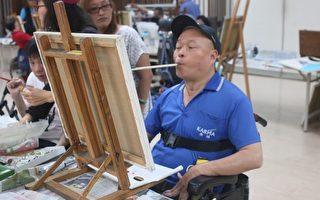 游览车司机瘫痪 口足绘画重启新人生