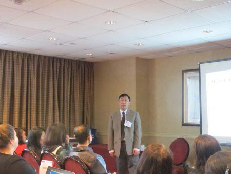 湯森哈里斯高中大學申請輔導老師王稚鶴在講座上介紹如何申請大學。