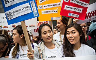 """NEW YORK, NY - MAY 19:  Activists calling for federal judges to reject challenges to President Obama's """"Deferred Action for 川普當選總統,再次引發亞裔社區的關注。近期紐約各大移民律師樓,通過電話、電郵諮詢的民眾絡繹不絕。(Getty Image)"""