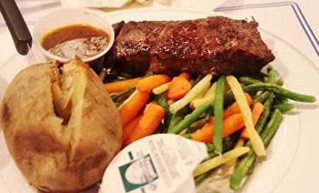 Amtrak 火車上的牛排晚餐。(李豔/大紀元)