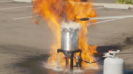 消防員演示錯誤的火雞烹飪方法會引起火災。(楊陽/大紀元)