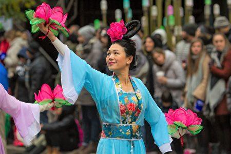2016年11月24日,芝加哥举行第83届感恩节大游行。图为法轮功队伍中身着传统服饰的仙女起舞。(Mego Liu/大纪元)