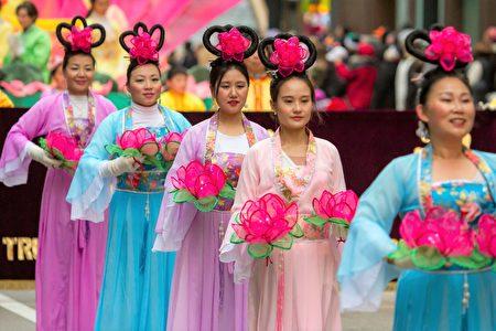 2016年11月24日,芝加哥舉行第83屆感恩節大遊行。圖為法輪功隊伍中身著傳統服飾的仙女們。(Mego Liu/大紀元)