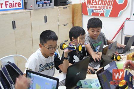 Arduino物聯網程式課程,利用原素材設計自己的車子結構,並撰寫程式語言讓車子可以自動閃避障礙物,可以看到孩子會互相幫忙解決隊友遇到的程式問題,教學相長。(維創工坊提供)