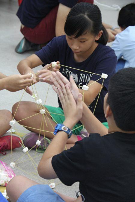 「棉花糖挑戰」實作課程,利用棉花糖及義大利麵條堆疊高樓,透過此課程讓孩子學習結構力學。(維創工坊提供)