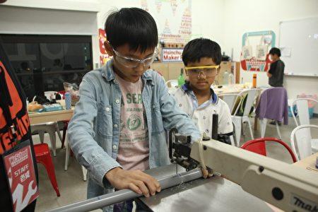 圖中為小學生使用線鋸機的情形,可以發現孩子在使用機具時都是非常認真且嚴肅的,真正的教育是要建立正確的觀念及態度,並不是只要讓孩子開心玩樂而已。(維創工坊提供)
