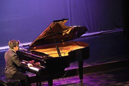 钢琴诗人王俊杰。(谢月琴/大纪元)