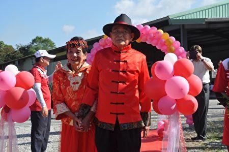 婚礼中最年长的新郎、新娘,87岁杨阿训和83岁的吴阿阴夫妻档,杨阿训说,60多年前结婚时根本没拍结婚照,穿上古早礼服,重新办一次婚礼,实在非常开心。(詹亦菱/大纪元)