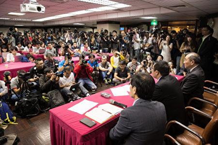 復興航空22日舉行記者會,董事長林明昇(前右2)宣布公司解散並停飛,吸引大批媒體關注。(陳柏州/大紀元)