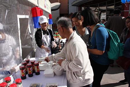 民眾排隊品嚐韓國特色食品。(李蘭/大紀元)