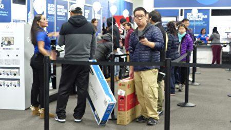 法拉盛BestBuy買電視機的顧客。