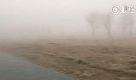 位於烏魯木齊的新疆師範大學網民上傳的大霧照片。(網絡圖片)