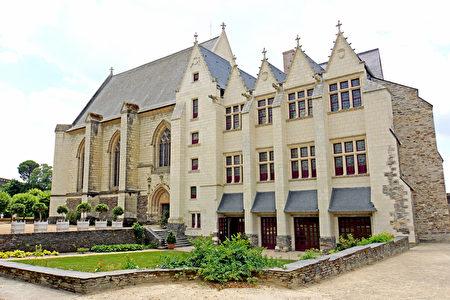 礼拜堂(la chapelle)及王室寓所(le logis royal)背对领主内院的一面(维基百科公共领域)