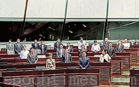 28名非建制派議員昨日帶同「反釋法」標語到立法會,並又以站立形式支持通過設專責委員會查梁振英UGL事件。(潘在殊/大紀元)