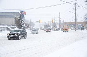 已经是11月下半月了,雪天就在眼前了,多伦多警方提醒司机要做好准备。图为雪中的多伦多街道。(Photo by Roberto Machado Noa/LightRocket via Getty Images)