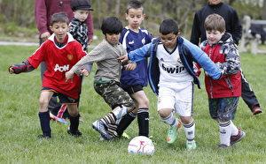 加拿大的孩子不爱运动,可能属于世界上活动最少的孩子们。图为多伦多正在踢足球的孩子们。(Colin McConnell/Toronto Star via Getty Images)