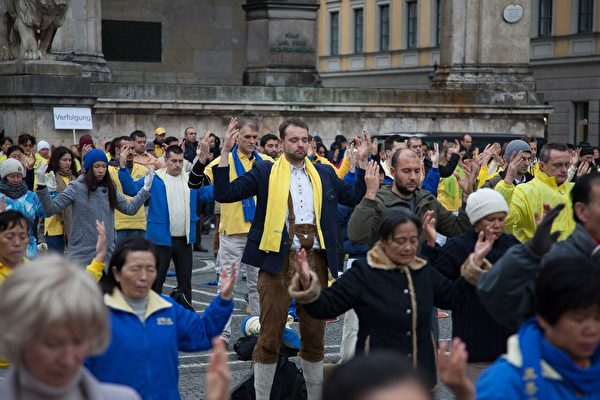 來自歐洲各國的法輪功學員在慕尼黑市中心集體煉功。(傑森/大紀元)