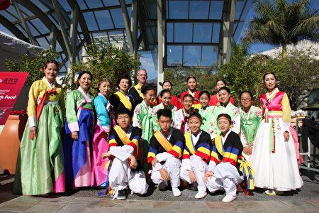 身著韓國傳統服飾的演出人員。(李蘭/大紀元)