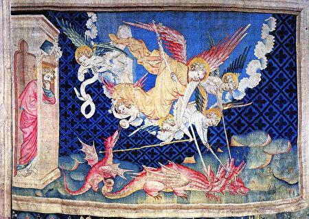 《启示录》第三组挂毯中描述的:在天上就有了争战,天使长同他的使者与红龙争战,红龙名叫魔鬼,又叫撒但,是迷惑普天下的。恶龙被败击摔在地上,天上再没有它们的地方。(维基公共领域)