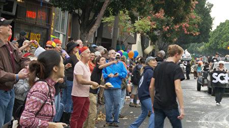 遊行隊伍被觀眾扔墨西哥薄餅。(楊陽/大紀元)