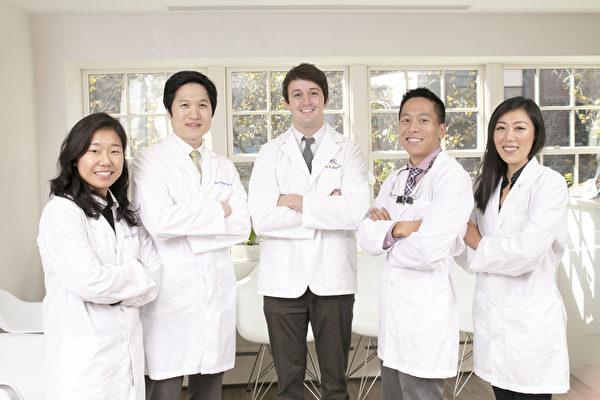 纽约曼哈顿Upper East Smile诊所的医生团队。他们是正畸牙科医生Dr. Jessie Choi(左一),诊所创立人、牙周病专科医生Dr. Brian Chung(左二),美容牙科和家庭牙科医师Dr. Hunter Smart(中间)和Dr. Benjamin W. Hsu(右二),儿童牙科医生Dr. Jennifer Chon(右一)。(张学慧/大纪元)