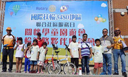 参与活动的小朋友开心获赠脚踏车。(扶轮社提供)