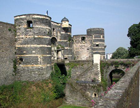 经过吊桥,穿过城堡入口(La porte de la Ville)巨大的城墙,就可参观城堡内部了。(维基百科公共领域)