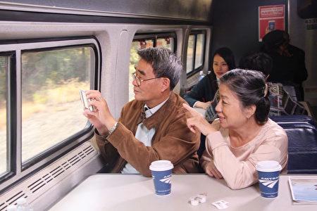 Amtrak火車上的休息車廂是聊天、消遣、看風景的好地方。(李豔/大紀元)